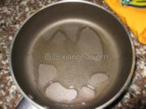 锅内刷一层油。