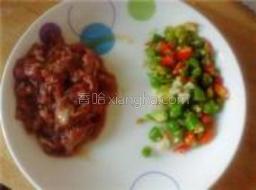 香菜洗干净在锅内走一下油捞出摆盘,辣椒切碎。