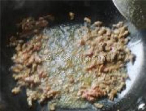 锅内放油,烧八成熟,放辣椒爆香倒入羊肉快速翻炒3-4分钟出锅倒在香菜上就可以了。