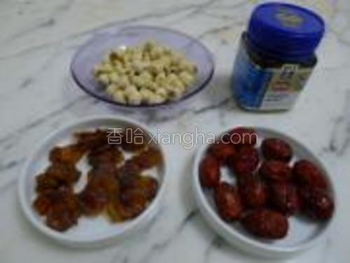 所需食材:莲子、红枣、桂圆干、蜂蜜
