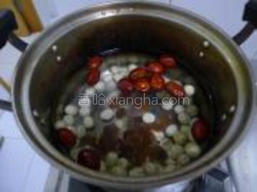 泡发的后的莲子和红枣、桂圆干一起放入锅中。加水适量大火烧开,转小火煮30分钟,端下灶台凉至40度以下。