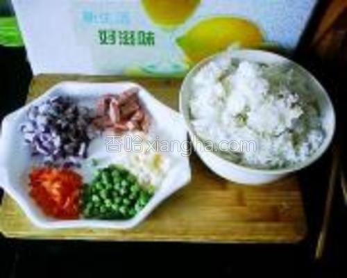 米饭、洋葱粒、胡萝卜粒、青豆粒、藕粒、牛肉肠粒。