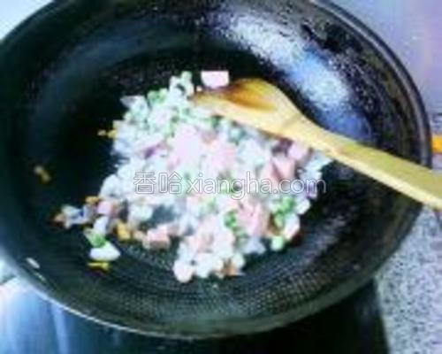把青豆粒、藕粒、牛肉肠粒入锅,快速翻炒均匀。