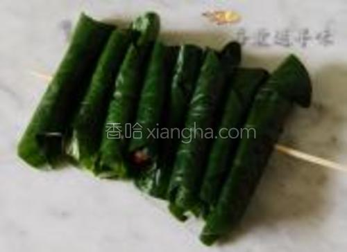 如果拿来烧烤可以把卷好的肉卷用竹签串起来。