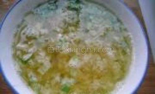 蒜去皮拍碎切细,葱切成葱花。将蒜米、葱花放入小碗,锅里倒入适量花生油烧得滚烫后,浇到葱蒜上。