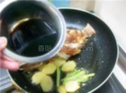 倒入调好的酱料,在旺火上烧开后,再移至微火上慢烧。