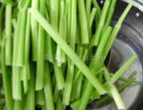 将芹菜清洗干净,放入滚水锅中。