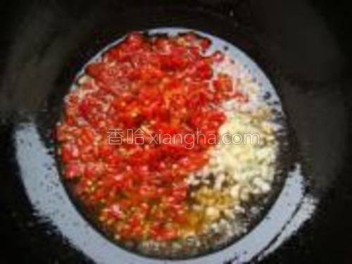 锅内加油烧热下入姜、蒜末、剁辣椒爆香。