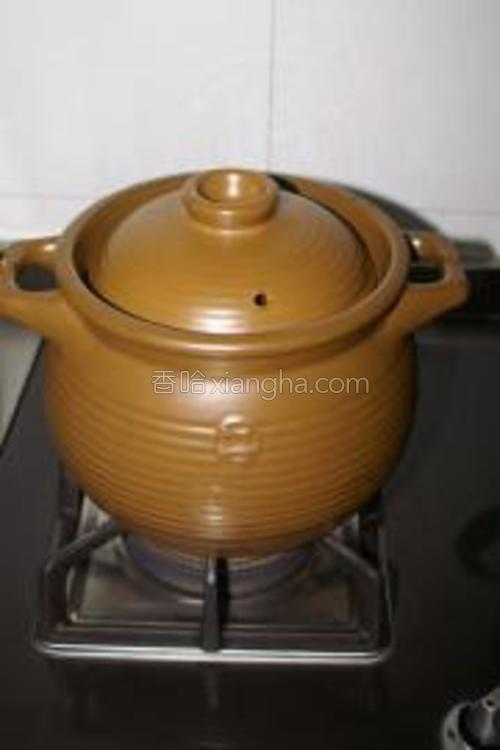 待汤煲煮开后,调最小的火,慢慢煲大概1.5~2小时就可以了。