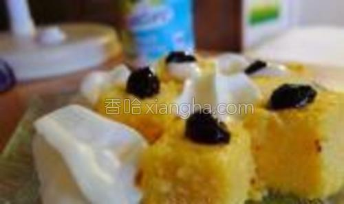 此款玉米糕可趁热当主食吃,也可当作甜点凉吃。