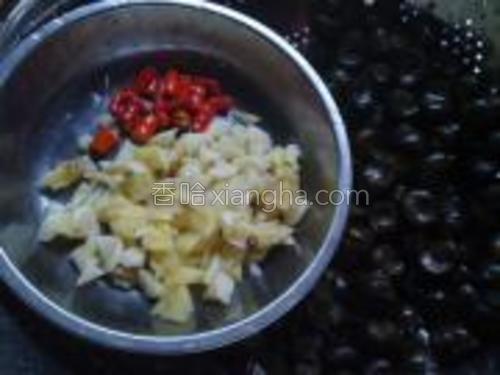 将姜,蒜头,小红椒切好备用。