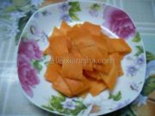 胡萝卜切成菱形片。