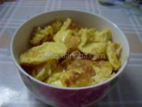 鸡蛋打散,葱切花;油锅烧热,下入蛋液煎至两面金黄铲碎盛出。