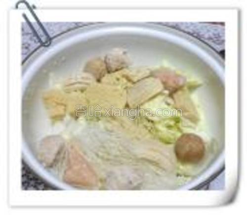 锅中码好白菜,冻豆腐,鱼丸。