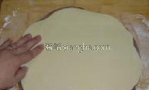 将两种不同色的面团擀成差不多大小的薄片,可可面片放下面,刷点水再把原味面片叠上面