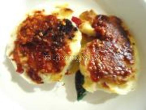 将蒜蓉辣酱涂抹于馒头干的表层(辣酱选择自己喜欢的口味就可以)。