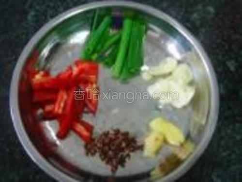 红椒洗净切块,葱切段,姜蒜切片。