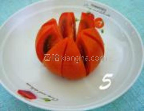 番茄对半切四刀,变成八块。