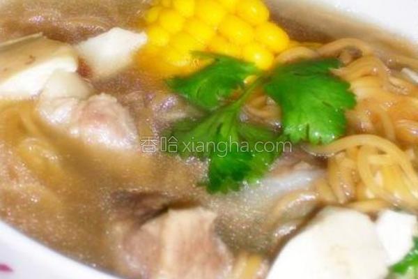 排骨玉米汤煮伊面的做法