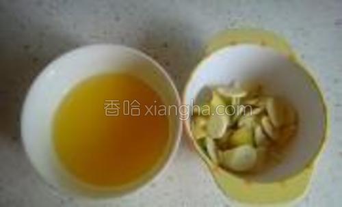 柠檬榨成汁,葱姜蒜切好备用。