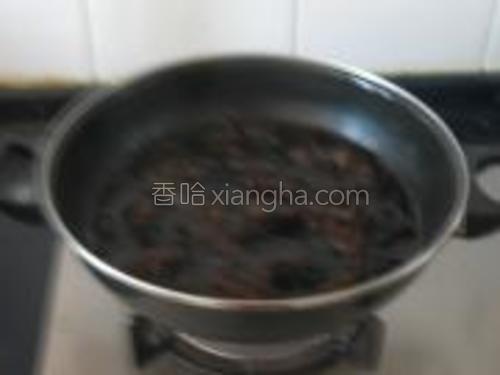 木耳焯水,目的是防止炒制时木耳噼里啪啦溅油星。