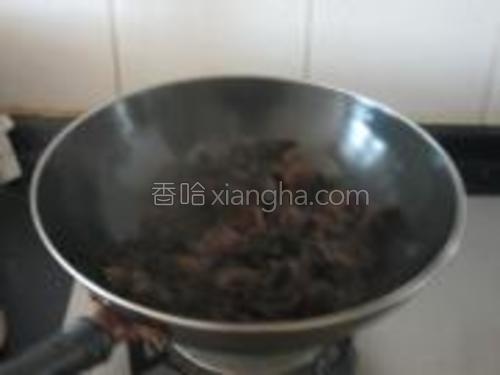 热锅凉油,加入蒜瓣,放木耳翻炒几下。