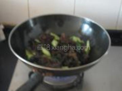 然后加入黄瓜翻炒,最后加入配料汁翻炒均匀即可。