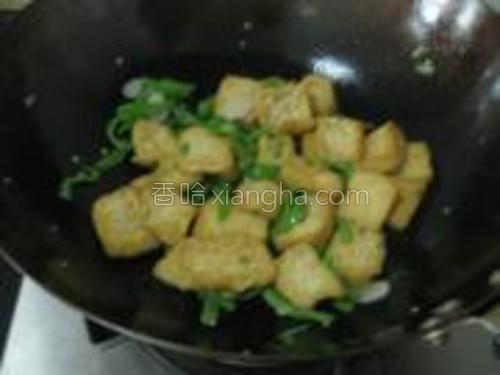 加入适量盐,翻炒均匀,辣椒丝断生即可。