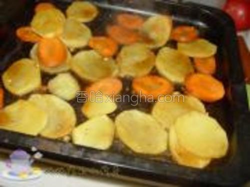 将蔬菜放在烤盘上,烤20分钟。