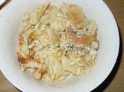 待锅中油6成热时倒入鸡蛋煸炒。炒半分钟即可捞起。
