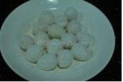 剥好壳的鹌鹑蛋放在淀粉里摇匀(感觉像在摇圆宵,嘿嘿~),使蛋表面裹上淀粉。