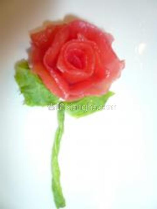 用西红柿皮做的玫瑰花,准备摆盘用哈。