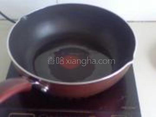 热锅下油,烧热,要热点,鸡蛋才可以炒出那种蓬松的感觉。也可以用筷子蘸点蛋液放入锅中,发现可以立刻变蓬松便可,倒入蛋液。