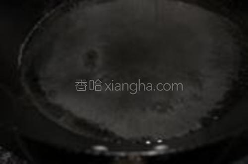 锅里倒入水烧开。
