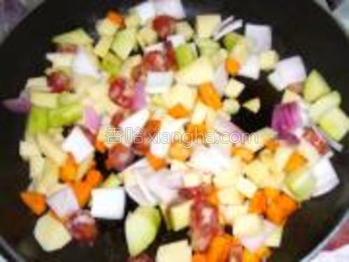 再把腊肠、土豆、洋葱、佛手瓜倒入锅中一起炒至5成熟。