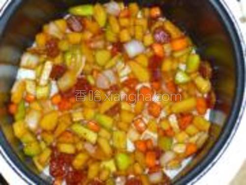 把炒好的菜均匀的铺在饭面上,断电后焖10分钟。