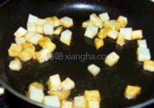 煎炸至金黄,捞出沥油。