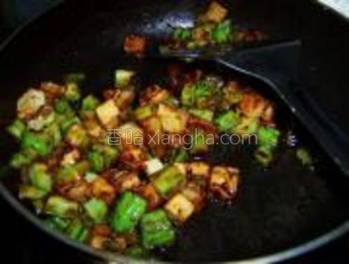 翻炒均匀后加入鸡精和糖调味即可。