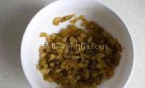 将榨菜丝用水洗干净,再剪成(或切)榨菜碎末儿备用。