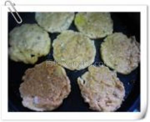 平底锅(电饼铛)烧热,将鱼泥摊成饼状。