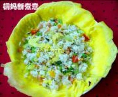 鸡蛋饼铺在盘子下面,炒好的米饭放上去就行了。