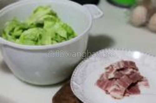 圆白菜剥开片,清水洗净后用手撕成小片。白菜炒后量会变少,所以要多准备一些。培根切成小片,他只是配角,所以要控制用量,切要切的比白菜片小,方便操作。