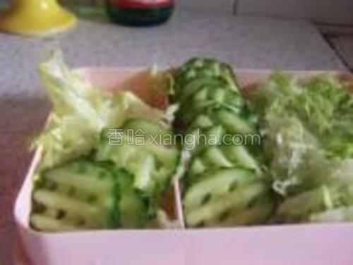 黄瓜切成片。