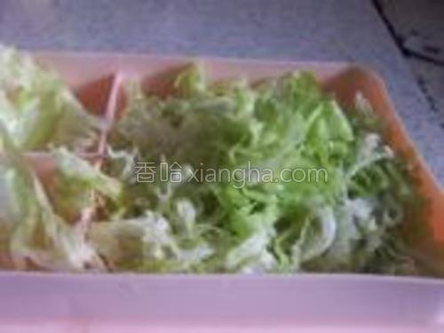 生菜切成丝。