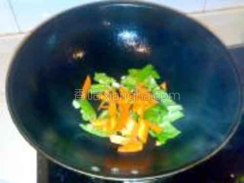 然后将胡萝卜倒进去翻炒。