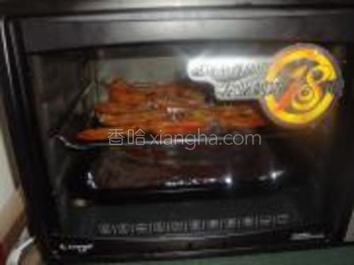 烤箱预热好后放进去烤,14分钟后把鸡翅翻面,再按10分钟,中间可以刷上烧烤酱再烤。