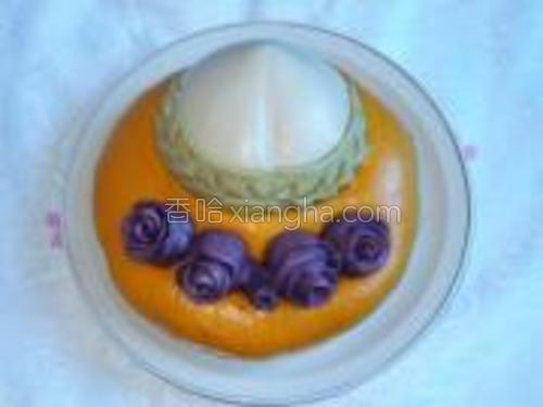 这个发糕也是做好了寿桃,沾水放在南瓜面的上面,这是蒸熟的样子
