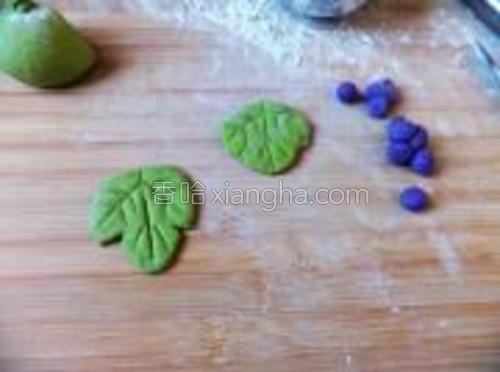 葡萄的叶子是用蔬菜汁发的面做,用小刀划出叶子的样子