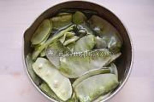 开水锅里面加一勺盐,把扁豆加入中火焯烫几十秒。