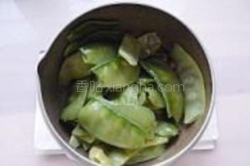 焯好的扁豆加入翻炒几十秒。